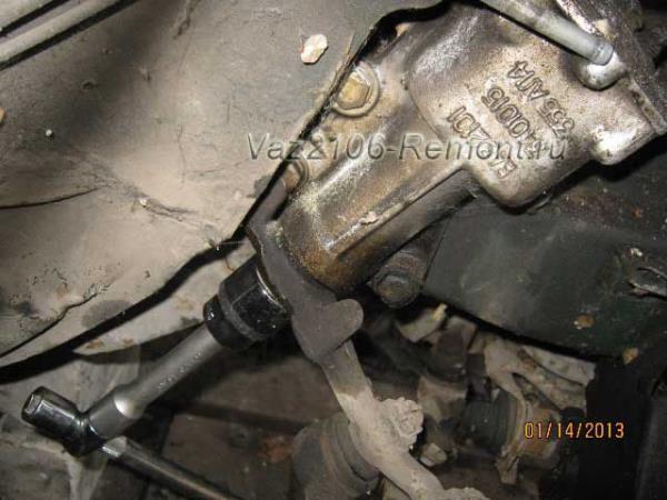 откручиваем гайку крепления рулевой колонки на ВАЗ 2106