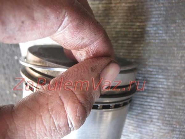 как снять поршневое кольцо на ВАЗ 2107
