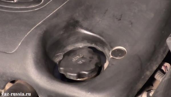 Крышка масло заливной горловины, отвернув которую вам нужно будет заливать во внутреннюю часть двигателя моторное масло
