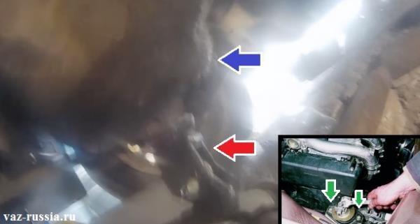 Поднятие домкратом двигателя у автомобиля за его картер и выкручивание гайки и болтов крепления правой подушки