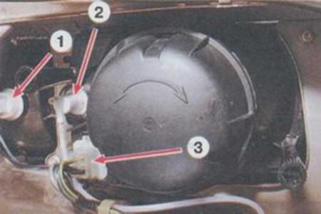 Снимаем с фары колодки с проводами и гидрокорректор на ВАЗ 2108, 2109, 21099