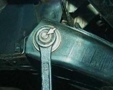 Ослабляем крепления рычага передней подвески на ВАЗ 2101, 2102, 2103, 2104, 2105, 2106, 2107