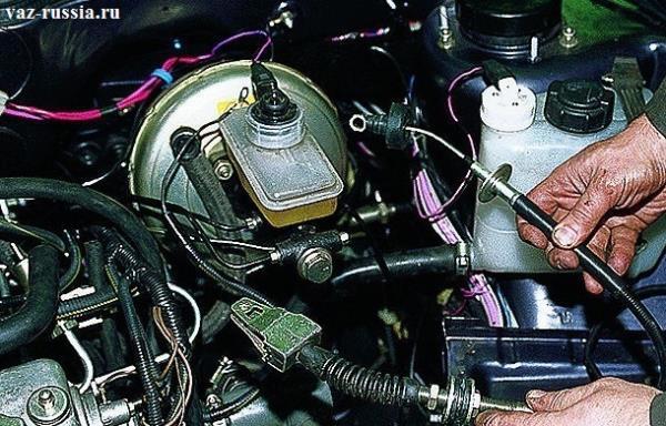 Выведение троса из щитка в передней части автомобиля