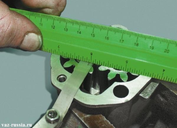 Проверка зазора между верхней частью шестерён и между верхней части краёв корпуса
