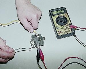 На фото - замер напряжения вольтметром, auto-knigi.com