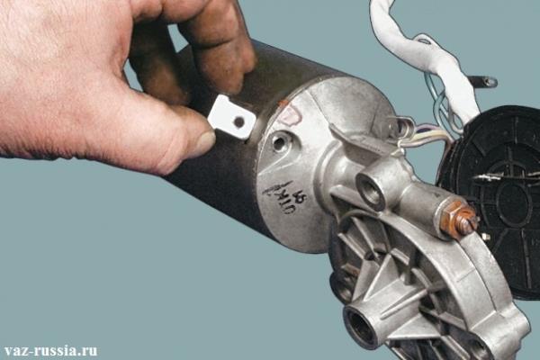 Извлечение боковых пластин из корпуса электродвигателя