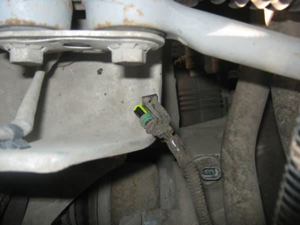 отсоединение штекера от датчика скорости на ВАЗ 2110