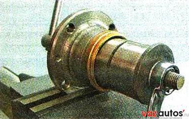 Используя наружное кольцо старого подшипника как оправку, съемником запрессовываем в ступицу новый подшипник