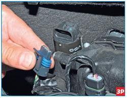 Отсоединение колодки проводов системы управления двигателем от разъема регулятора Lada Largus
