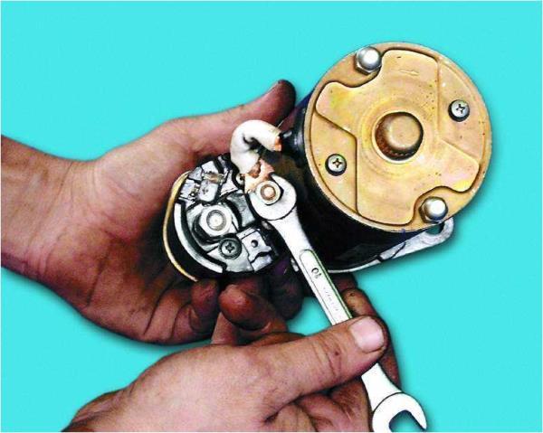 Откручивание гайки нижнего контактного болта тягового реле стартера Лада Гранта (ВАЗ 2190)