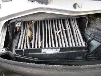 Крышка фильтра крепится четырьмя винтами. Вам необходимо снять и их, после чего поднять крышку.