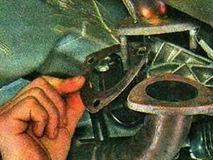 Снятие прокладки с приемной трубы глушителя