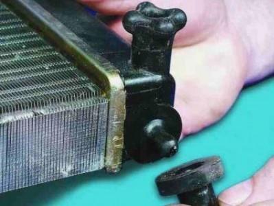 Меняем резиновые подушки на радиаторе охлаждения на ВАЗ 2110, 2111, 2112