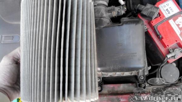 Грязный фильтр воздушный двигателя ВАЗ-2110
