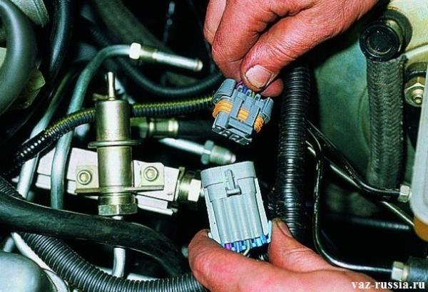 Соединение между собой колодки проводов и жгута рампы