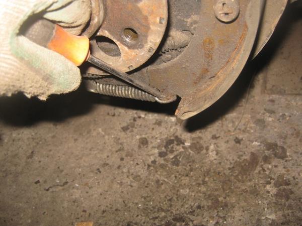 извлечение пружины в задних колодках на ВАЗ 2101-2107