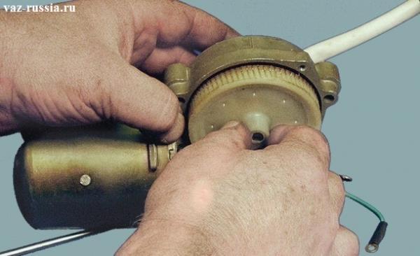 Отсоединение рукой шестерни от редуктора