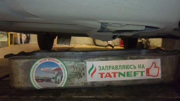 Установка технической емкости для слива охлаждающей жидкости из двигателя Лада Гранта (ВАЗ 2190)