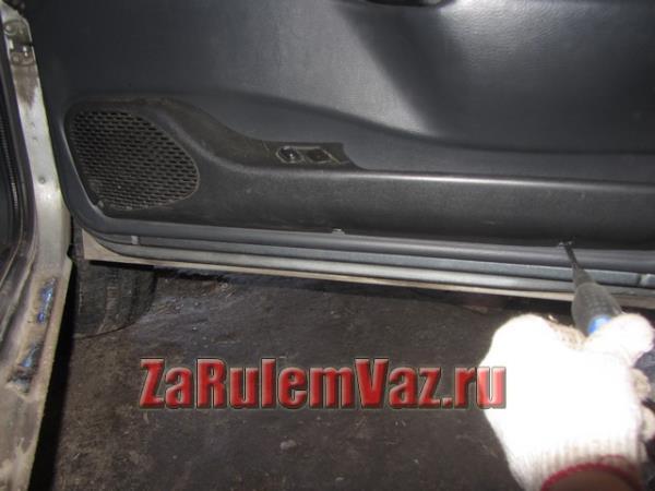 открутить подиум передней двери ВАЗ 2114 и 2115