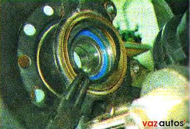 Съемником устанавливаем стопорное кольцо с внутренней стороны подшипника