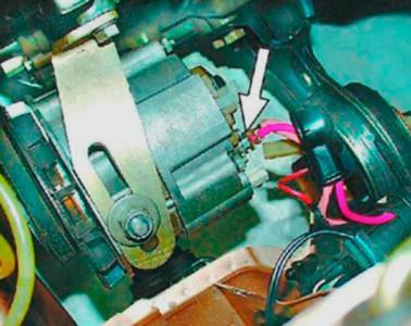 Откручиваем крепление провода генератора на ВАЗ 2108, 2109, 21099