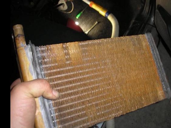 вытаскиваем старый радиатор