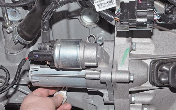 Стартер препятствует доступу к сливному отверстию охлаждающей жидкости из блока цилиндров Лада Гранта (ВАЗ 2190)
