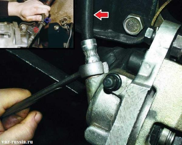 Отворачивание гайки крепления тормозного шланга и вынимание тормозного шланга из кронштейна который находится на телескопической стойки