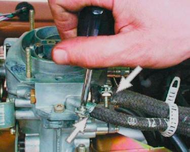 Ослабляем хомуты шлангов, подходящих к карбюратору на ВАЗ 2108, 2109, 21099