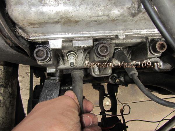 как снять наконечник с провода свечи на ВАЗ 2109-2108
