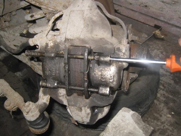 выбиваем штоки передних тормозных колодок на ВАЗ 2107-2105