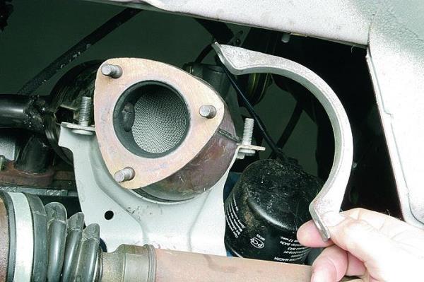 Снятие хомута поддерживающего кронштейна катколлектора двигателя ВАЗ-11183 Лада Гранта (ВАЗ 2190)
