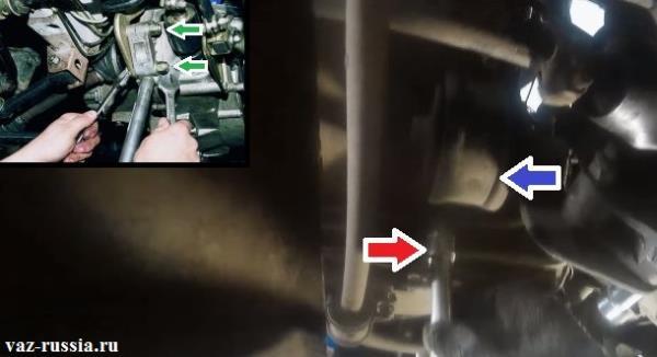 Отворачивание при помощи двух ключей, гаек болтов крепления кронштейна задней подушки и выворачивание ещё двух гаек, которые крепят уже саму заднюю подушку к кузову автомобиля