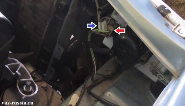 Красной стрелкой указана одна из колодок проводов которую нужно будет извлечь из фары потянув за неё тем самым, а синей стрелкой указан гидро-корректор фар который тоже нужно будет извлечь из фары, но для того чтобы его извлечь, нужно будет во-первых нажать на защёлку которая его держит и во вторых повернув по часовой стрелки на 90 градусов, извлечь из блока фары автомобиля