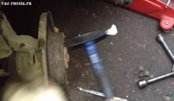Сбивание тормозного диска при помощи молотка