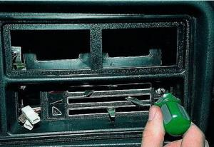 откручиваем саморезы панели отопления