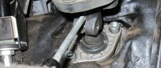 Освобождение клеммного соединения карданного шарнира промежуточного вала Лада Гранта (ВАЗ 2190)