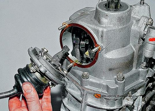 Демонтаж крышки КПП Ваз-2105