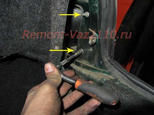 открутить гайки крепления заднего фонаря на ВАЗ 2110-2112