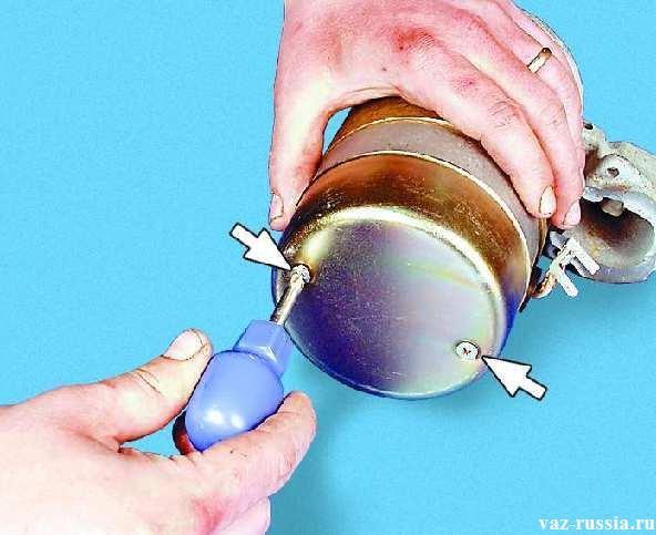 Выворачивание двух винтов крепления крышки стартера и после этого снятие данной крышки