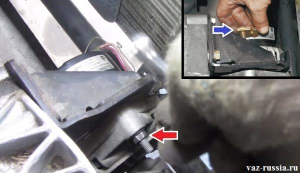 Отворачивание гайки крепления верхнего болта генератора и вынимание болта совместно с натяжной планкой