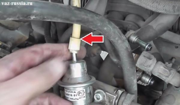Отсоединение шланга от штуцера на регуляторе давления топлива