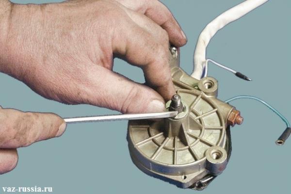 Поддевание при помощи отвертки стопорного кольца и его снятие