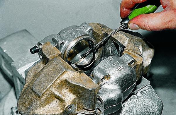 Ремонт тормозных цилиндров передних колес - ВАЗ 2107