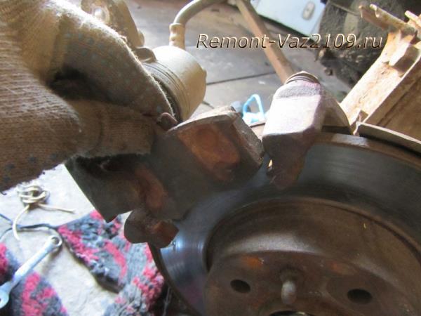 замена передних тормозных колодок на ВАЗ 2109-2108