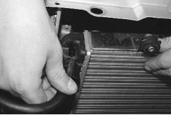 snjatie-zamena-ustanovka-radiatora-sistemy-okhlazhdenija-lada-priora 23