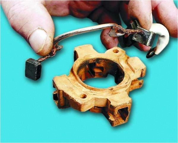 Снятие соединительной шины с изолированными щетками с корпуса щеточного узла стартера Лада Гранта (ВАЗ 2190)