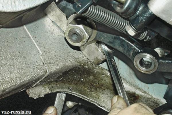 Одним ключом удерживание гайки а другим отворачивание болта крепления редуктора к кузову автомобиля