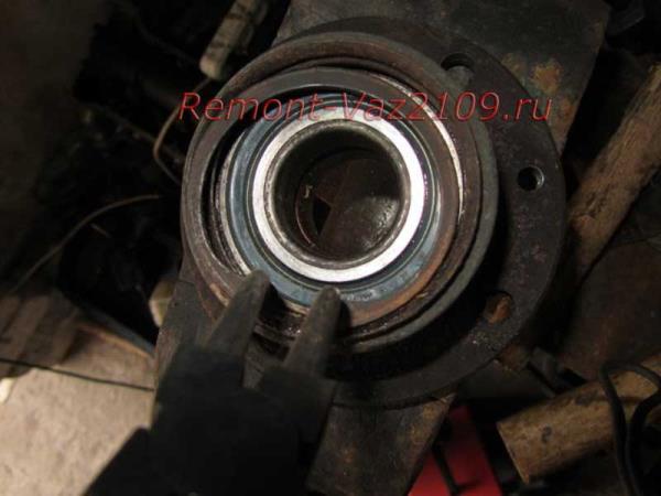 установка стопорного кольца при замене подшипника задней ступицы на ВАЗ 2109-2108