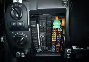 На фото - проверка предохранителей стеклоподъемников, drive2.ru